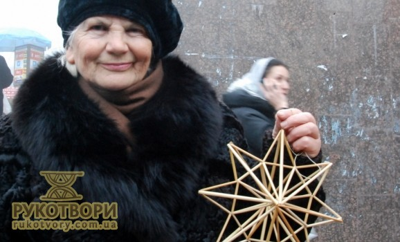 Ірина Щелкунова продає павучки та різдвяні зірки біля метро Арсенальна