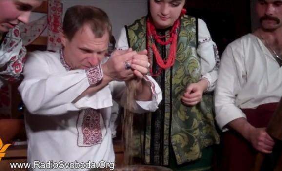 Олег Скрипка приготував кутю в «Мамаєвій слободі»