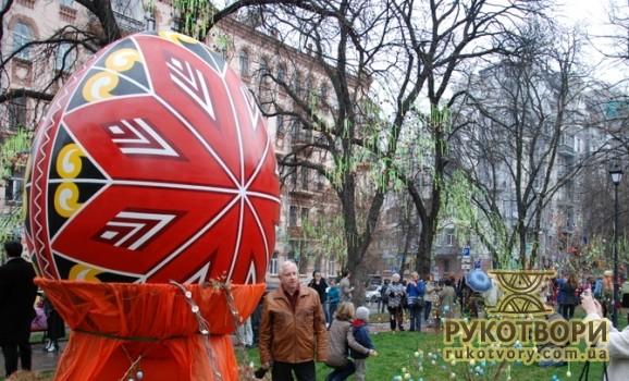 У Києві сплетуть гігантський вінок з писанок і троянд