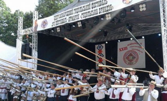 На гуцульському фестивалі 56 трембітарів встановили національний рекорд