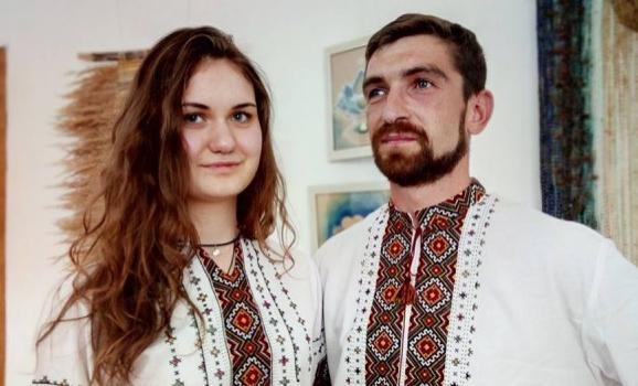 Сорочки та сукні Галини Крицкалюк показали на етно-дефіле в Косові