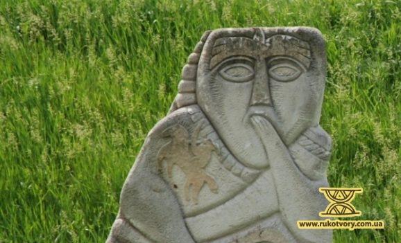 Фрагменти скульптур у Буші замуровують у вигрібні ями