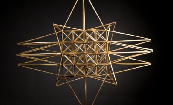 Жива геометрія: виставка «павуків» з соломи