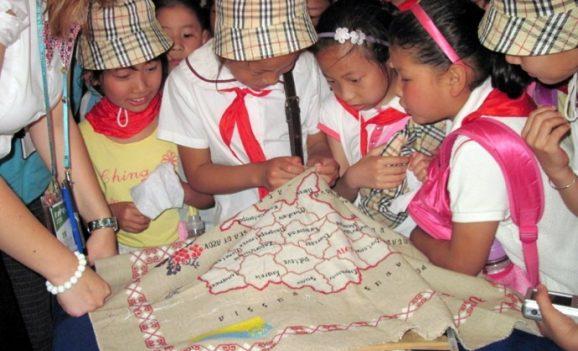 Українка навчає китайців вишивати
