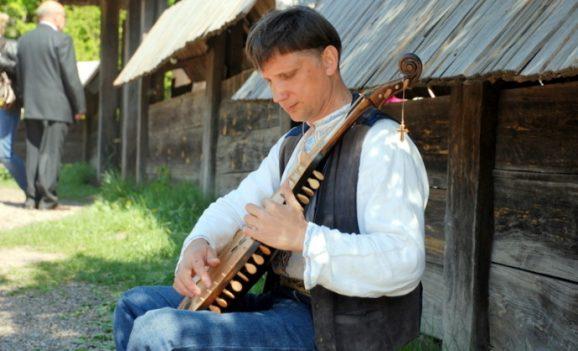Виставка традиційних кобзарських інструментів